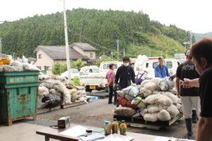 写真解説=農業用廃棄ビニール・プラスチックの回収作業を行うJA職員(左)(7月9日、本吉郡南三陸町入谷地区)