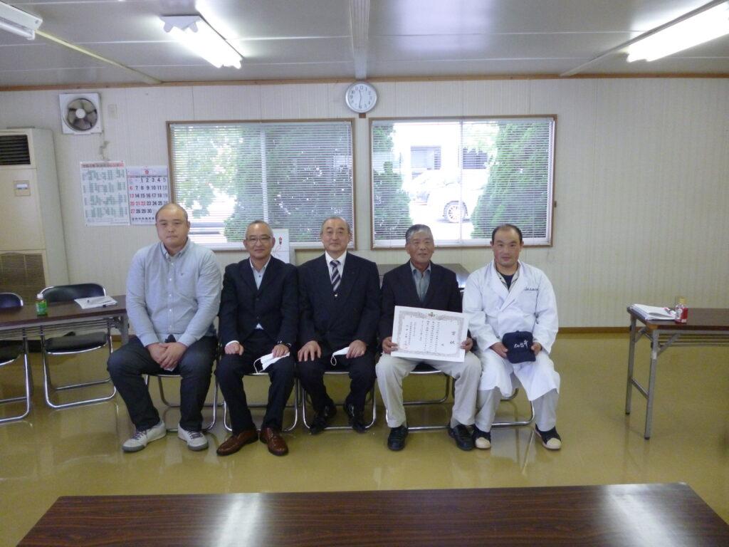 枝肉研究会の入賞者らと同地区本部阿部國博副本部長