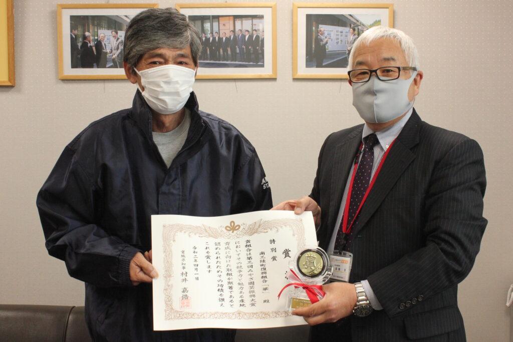 代表の佐藤隆雄さん(左)と同地区本部高橋本部長(右)