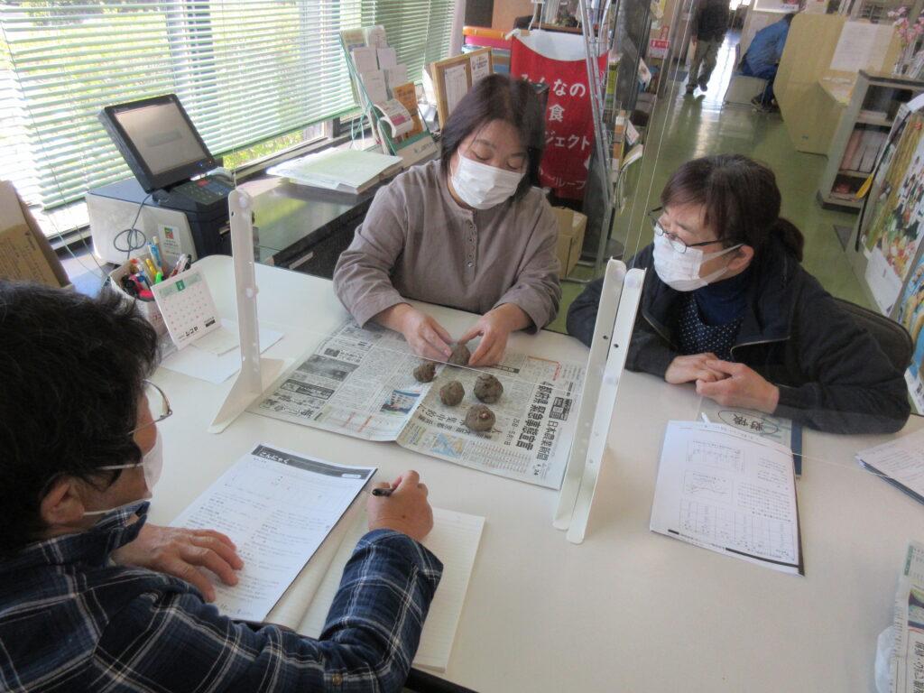 コンニャク芋の植え方について説明する髙橋支部長(左奥)