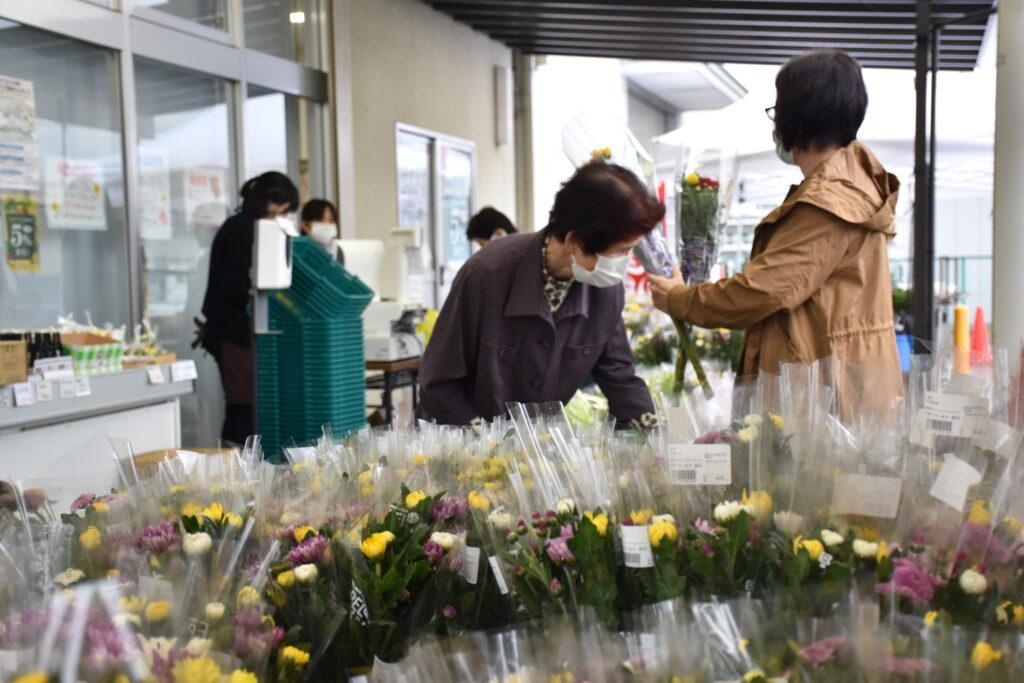 お盆の花を買い求める来場客