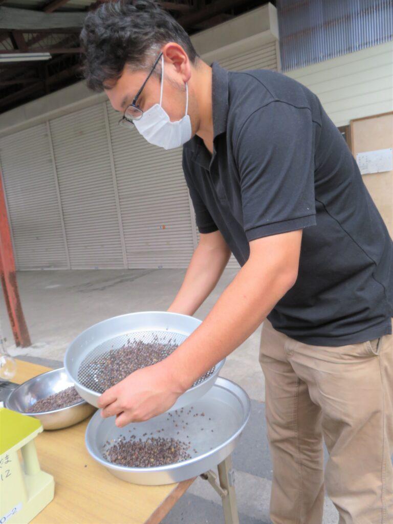 夏そばを検査するJAの農産物検査員(9月3日、大崎市鳴子で)