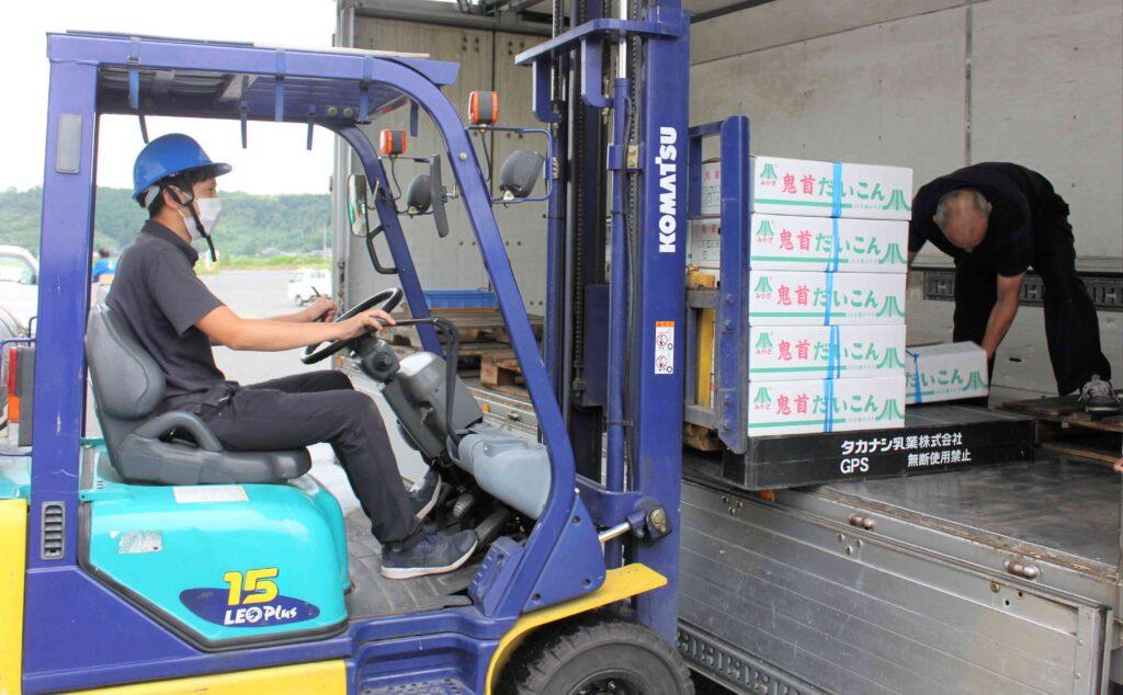 鬼首高原ダイコンをトラックに積み込むJA園芸担当職員(8月27日、大崎市岩出山で)