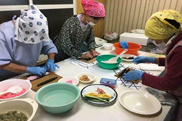 調理する女性部員ら